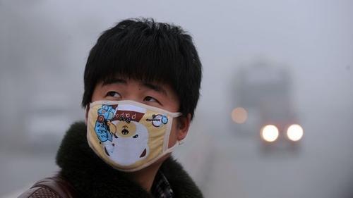 Fußgänger mit Atemmaske in Haozhou, Provinz Anhui © STR/AFP/Getty Images