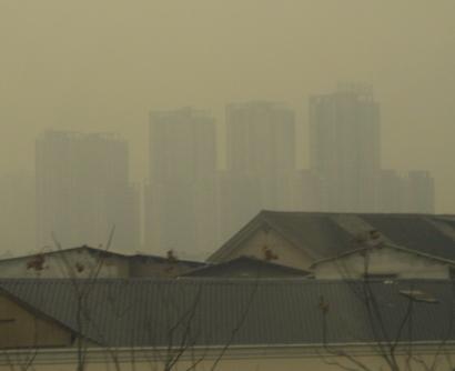 Hochhäuser sind in Peking derzeit nur in Facetten zu erkennen. FOTO: FELIX LEE