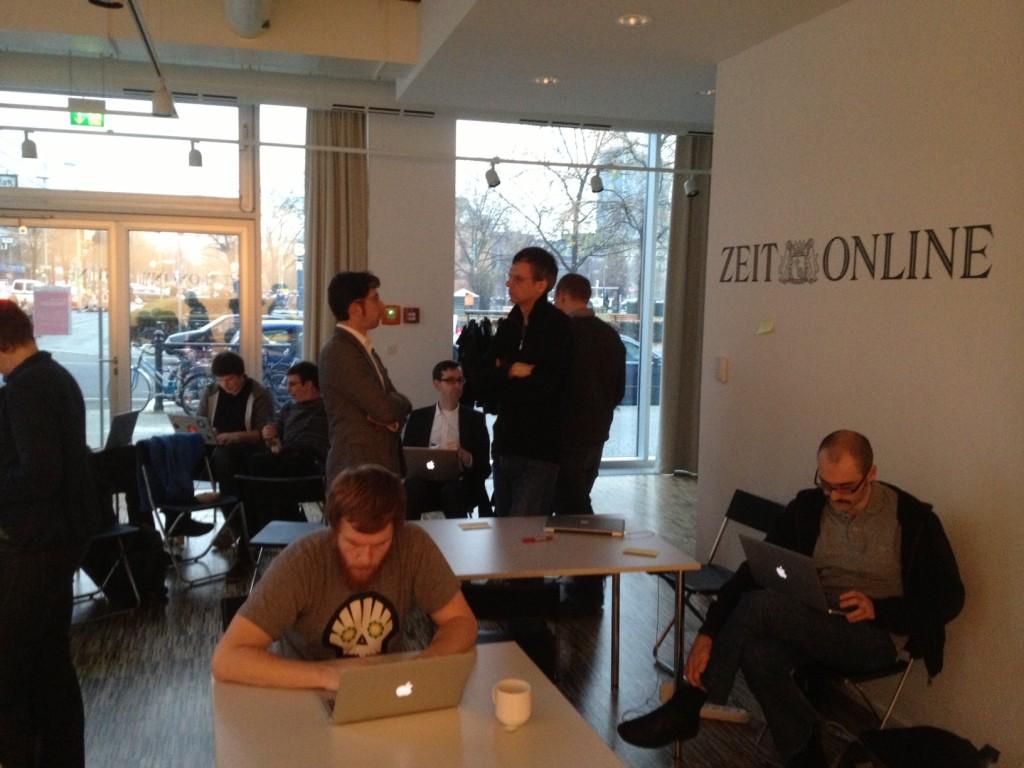 Hackday Eindrücke - Teilnehmer mit Laptops