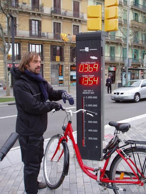 Eine Radfahrer-Zählstation in Barcelonas Zentrum © Reidl