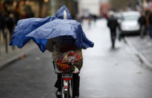 Radfahrerin in Frankfurt, © Johannes Eisele/Reuters