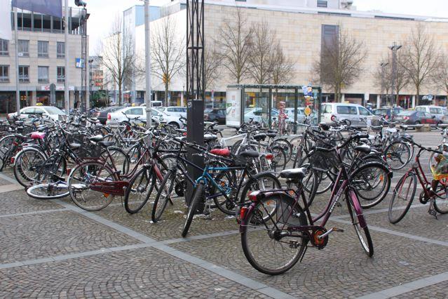 Parken am Osnabrücker-Bahnhof. Der eigentliche Fahrradstellplatz hinter den Autos ist bereits voll belegt. © Reidl