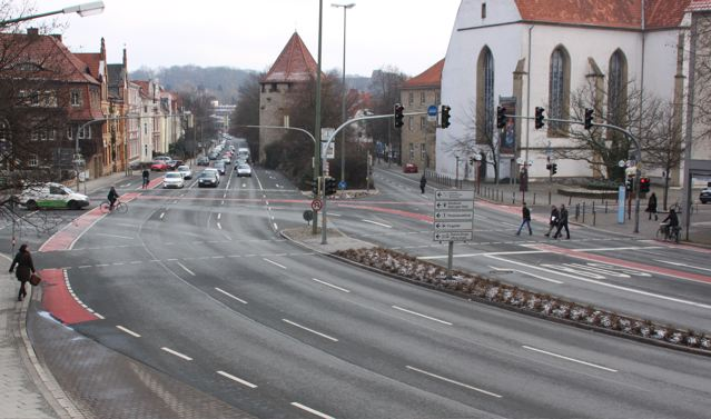 Rißmüllerplatz in Osnabrück: Gute Möglichkeiten für linksabbiegende Radfahrer auf der rechten Fahrbahn. Wer aus der Gegenrichtung kommt, muss absteigen oder geradeaus fahren.© Reidl