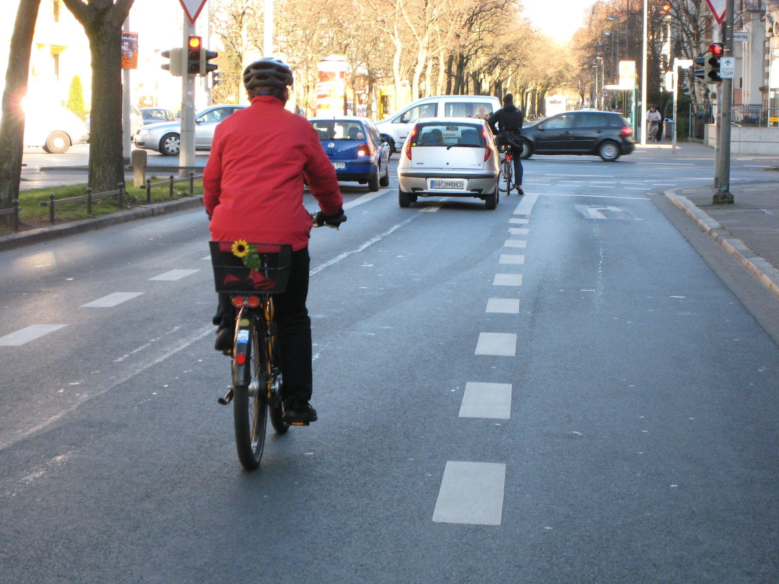 Zum Abbiegen sollen sich Radfahrer in der Fahrbahnmitte platzieren. © ADFC/Jens Schütte