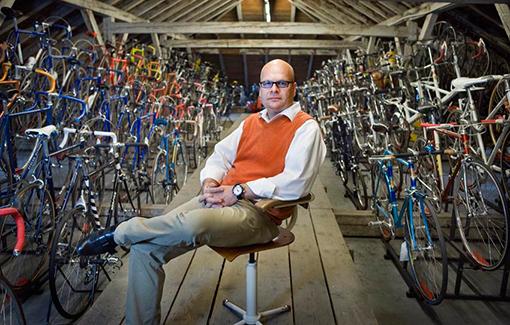 Michael Embacher auf dem Dachboden seines Büros inmitten seiner Fahrradsammlung © Andreas Müller