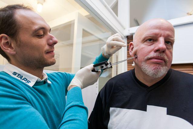 Wonneberger (links) misst den Anteil des Körperfetts © Sandra Jaques