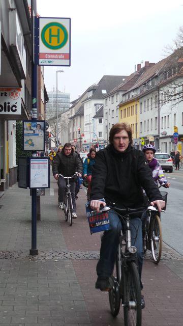 Schmale Radwege gibt es viele in Münsters Zentrum. Dieser führt mitten durch die Bushaltestelle führen © Reidl