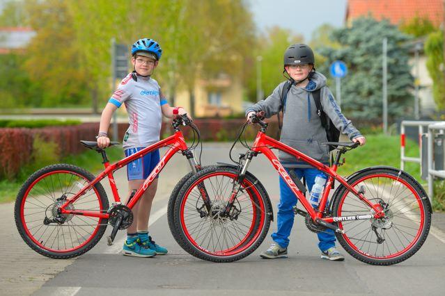 Glückliche Jungs, Oskar (links) und Moritz mit ihren coolen Rädern © overnighter.de