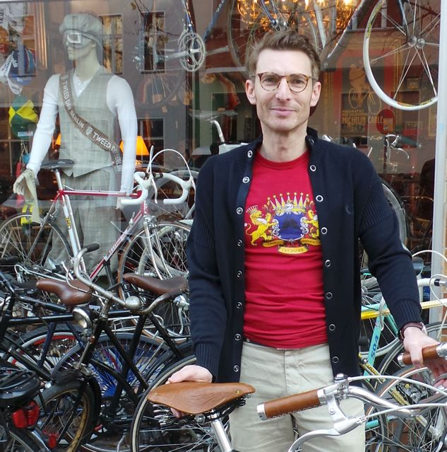 Dirk de Günther vor seinem Laden in Berlin Charlottenburg © Reidl