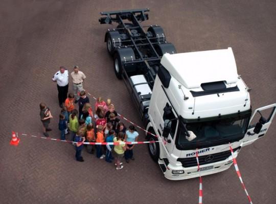 Kinder und Polizist im toten Winkel © Round Table Deutschland