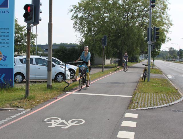 Fußstützen für Radfahrer an Ampeln © Reidl
