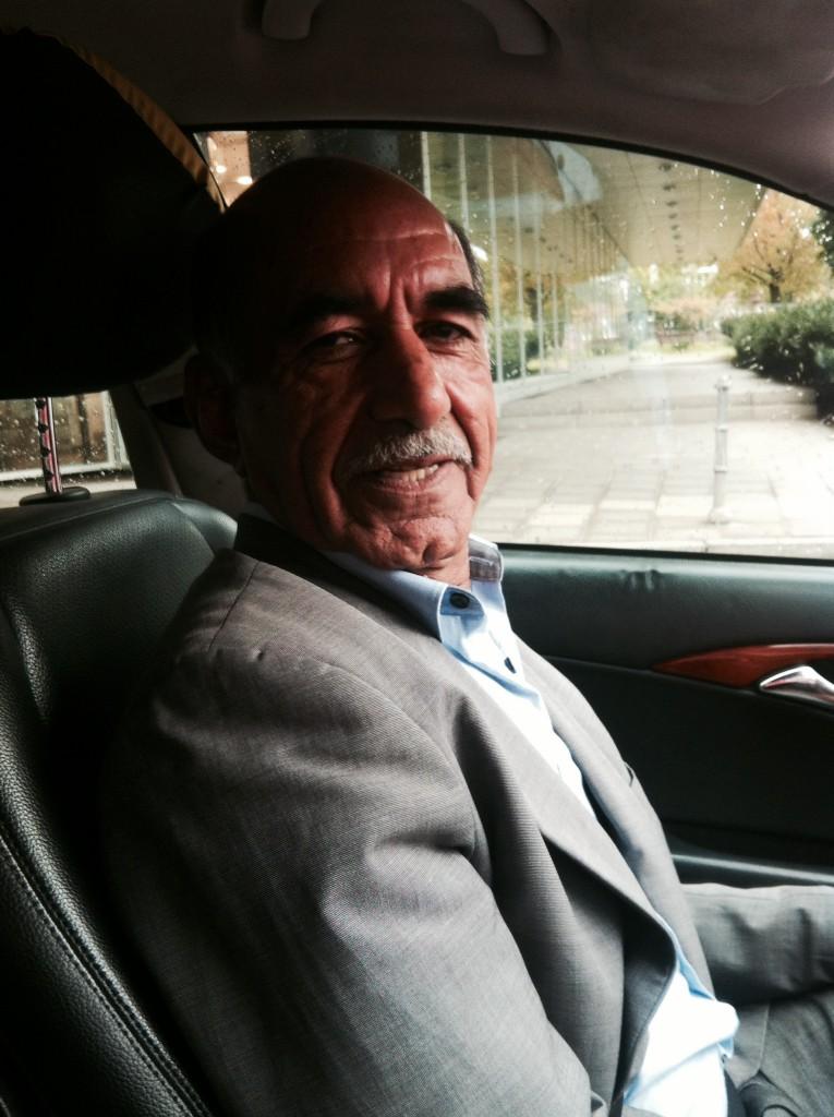 Hello Frankfurt: Hayatullah Hayat bringt mich ins Hotel. In Afghanistan war er Lehrer. In Deutschland fährt er Taxi. Er hat drei Kinder und drei Enkel.