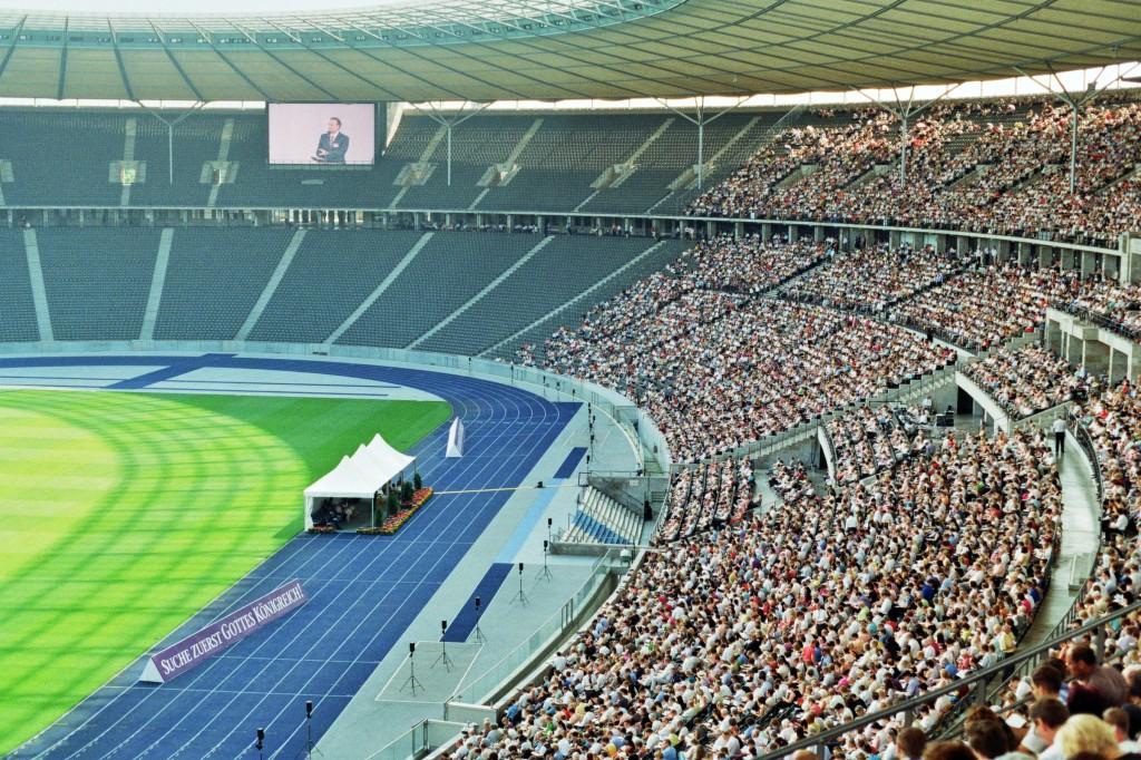 Mit den Zeugen Jehovas im Berliner Olympiastadion (© Roman Ehrlich)