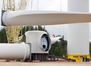 Die längsten Windrad-Rotorblätter der Welt – und rechts zwei Männer © Siemens