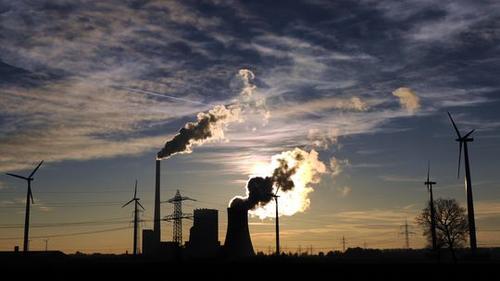 Kohlekraftwerk und Windräder in Niedersachsen © Daniel Reinhardt/dpa