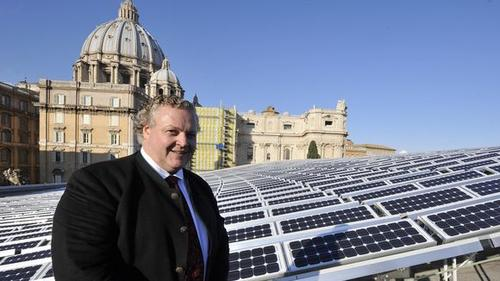 Solarworld-Chef Frank Asbeck vor der Solaranlage des Vatikans © ANDREAS SOLARO/AFP/Getty Images