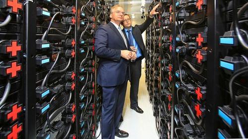 Sachsen-Anhalts Ministerpräsident Haseloff (l.) und Przemyslaw Komarnicki vom Fraunhofer IFF © Fraunhofer IFF