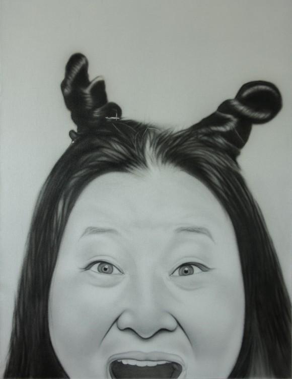 """Ki Yoon Ko bürstet mit einer speziellen Technik Graphitpulver auf die Leinwand. Hier ein Porträt aus der Reihe """"Suzi"""""""