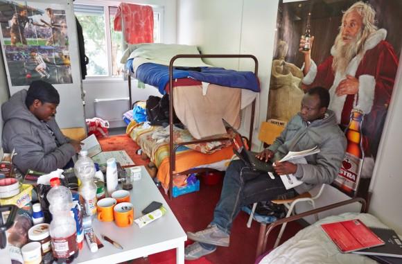 Zwei Lampedusa-Flüchtlinge in einem Wohncontainer der Kirche. |© Georg Wendt/dpa