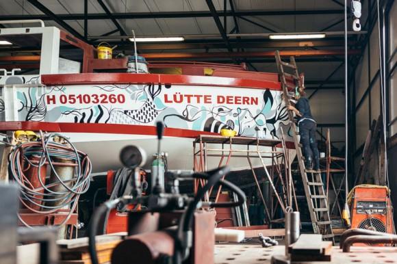 """Julia Benz bei der Arbeit an der Barkasse """"Lütte Deern"""" in der Finkenwerder Feltz Werft. Foto: Stephan Bestmann - Steb#be Fotografie"""