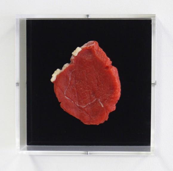 Mika Neu: Grundmaterial-1, 2010, 21x21cm, Multiple 1 von100, Pigmentiertes Silikon, Glas, Plexiglas (Foto: Mika Neu)