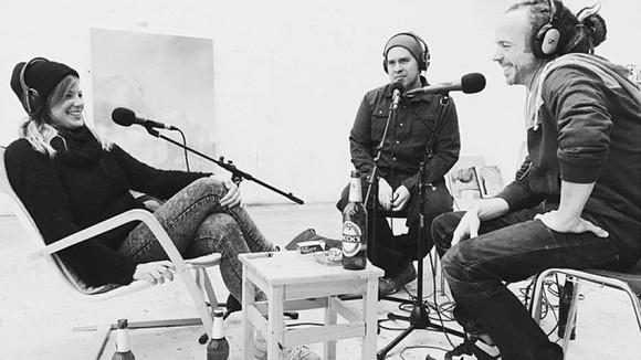 Im Studio von Julia Benz: James Bullough (rechts) und Tom Phillipson (Mitte) im Gespräch mit Julia Benz. (Foto: Vatnatge Point Radio)