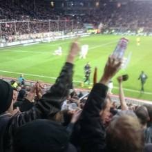 "Torjubel, Bierdusche. St. Pauli köpft das Siegtor gegen Nürnberg. Foto: Erik Hauth; ""St. Pauli Nu*"