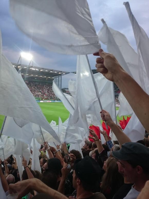 Choreo auf der Millerntor Gegengeraden beim Pokalspiel des FC St. Pauli gegen Borussia Mönchengladbach. Foto: Erik Hauth