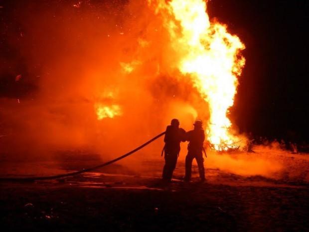 Feuerwehr löscht Blankeneser Osterfeuer. Foto: Joachim Granzow, mit frdl. Genehmigung.