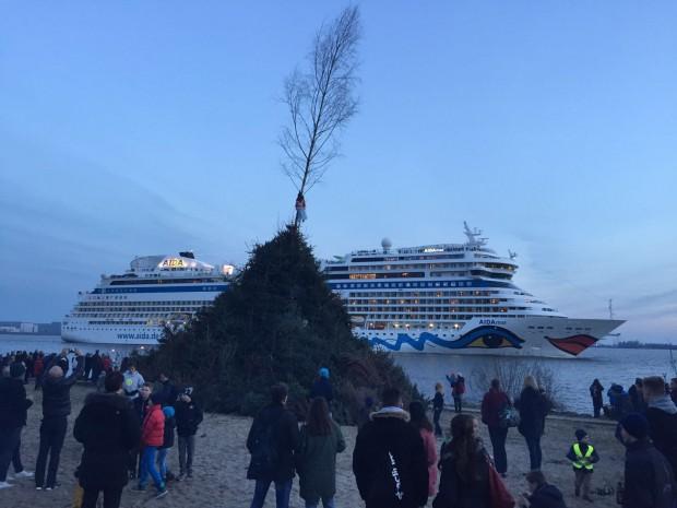 AIDA Kreuzfahrtschiff vor dem Blankeneser Osterfeuer. Foto: Philip H.