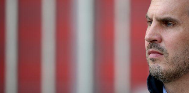 Fußball 2. Bundesliga 13. Spieltag: FC St. Pauli - 1. FC Heidenheim am 08.11.2014 im Millerntorstadion in Hamburg. Paulis Trainer Thomas Meggle steht vor dem Spiel im Stadion. Foto: Daniel Reinhardt/dpa (Wichtiger Hinweis: Aufgrund der Akkreditierungsbestimmungen der DFL ist die Publikation und Weiterverwertung im Internet und in Online-Medien während des Spiels auf insgesamt fünfzehn Bilder pro Spiel begrenzt.) +++(c) dpa - Bildfunk+++ | Verwendung weltweit