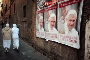 Mit Plakaten ird Papst Benedikt XVI veranbschiedet/ © Christopher Furlong/ Getty Images