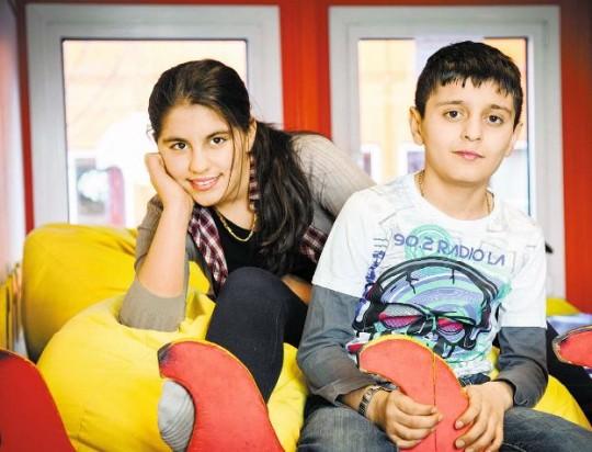 Aya, 11 Jahre, und Aiwan, 12 Jahre, in ihrer neuen Schule/ © Isadora Tast
