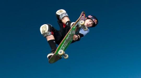 Wenn Tom springt, scheint das Skateboard an seinen Füßen zu kleben/ © Mike Blabac; Red Bull Content Pool