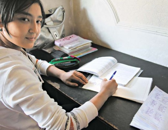 Muchtasar macht gerne Hausaufgaben. Sie möchte später Krankenschwester werden/ Sascha Marag