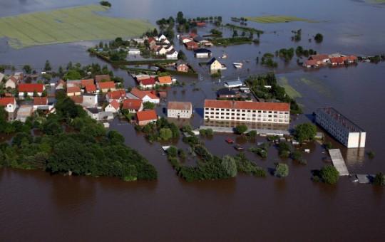 Der kleine Ort Fischbeck in der Nähe von Stendal ist völlig überschwemmt/ © AFP