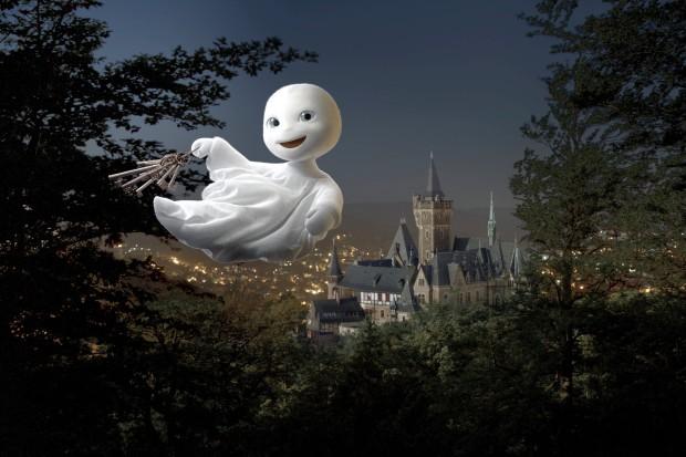 Mit dem Schlüsselbund in der Hand saust das kleine Gespenst nachts durch das Städtchen/ © Universum Film