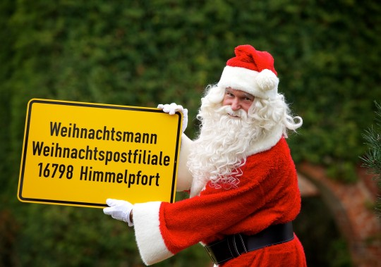 Weihnachtsmann mit Ortsschild (3)
