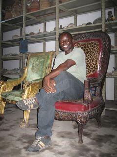 Monsieur Vicky auf Mobutus Stuhl