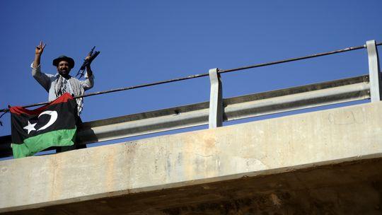 Ein Rebell auf der 27. Brücke, mehrere Kilometer außerhalb des Zentrums von Tripolis (c) FILIPPO MONTEFORTE/AFP/Getty Images