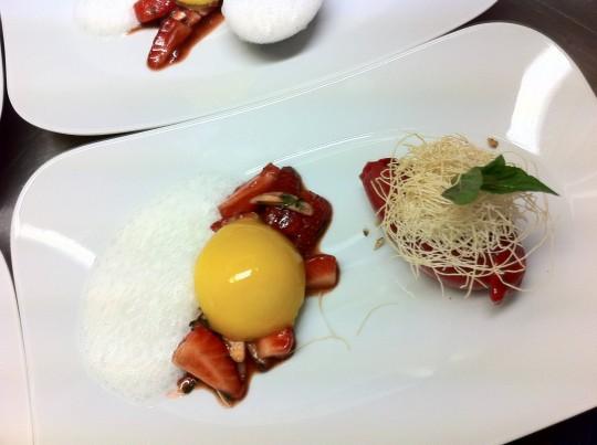 Passionsfruchtmousse mit Erdbeer und Rhabarber, Himbeersorbet mit Gewürzknuspernudeln und Kokosschaum