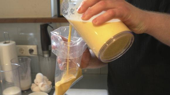 Crème brûlée einfüllen (1 von 1)