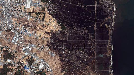 Luftbildaufnahme des von der Tsunami-Welle überfluteten Gebiets, Fotocredit: CC BY-NC-ND 2.0 by DigitalGlobe-Imagery