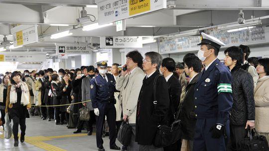 Höchst diszipliniert warten diese Tokyoter auf die Abfahrt eines Zuges