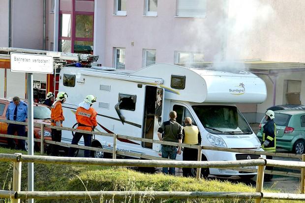 ARCHIV- Feuerwehrleute und Polizisten stehen am 04.11.2011 in Eisenach vor einem qualmenden Wohnwagen, in dem zwei Leichen entdeckt wurden. Bei einer öffentliche Anhörung von Zeugen durch den zweiten NSU-Untersuchungsausschuss des Thüringer Landtags werden Polizeibeamte zum Ablauf des Einsatzes in Eisenach, als das Wohnmobil der NSU-Täter gefunden wurde, befragt. An dem Tag wurde das ausgebrannte Wohnmobil der mutmaßlichen Rechtsterroristen Mundlos und Böhnhardt entdeckt. Foto: Carolin Lemuth/dpa (zu dpa «NSU-Untersuchungsausschuss des Thüringer Landtags» vom 10.02.2016) +++(c) dpa - Bildfunk+++