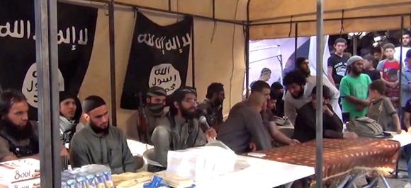 Ausländische Dschihadisten inszenieren sich in Syrien als Wohltäter. (Screenshot)