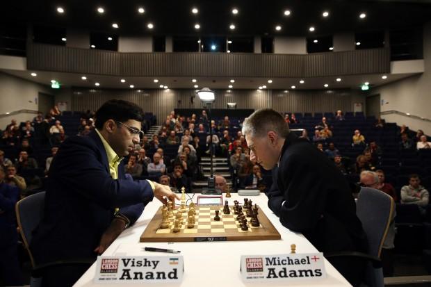 Vishy Anand, hier beim Turnier in London gegen Michael Adams (Foto: Carl Court/Getty Images)