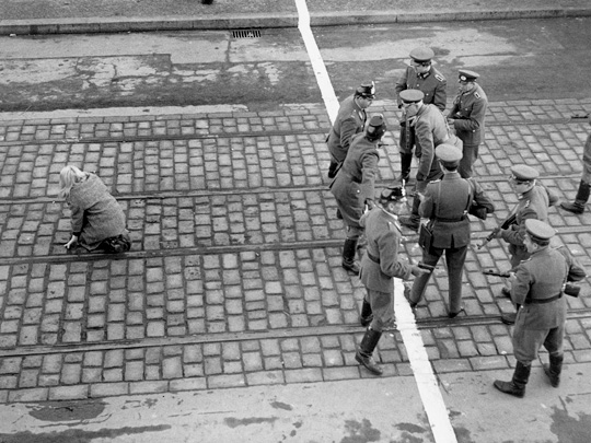 Ost- und westdeutsche polizisten stehen einander an einer