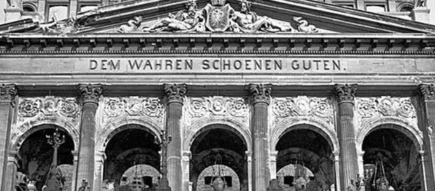 """Inschrift an der Alten Oper in Frankfurt: """"Dem Wahren Schönen Guten."""" Bild von HaraldReportagen, CC BY-SA 3.0"""