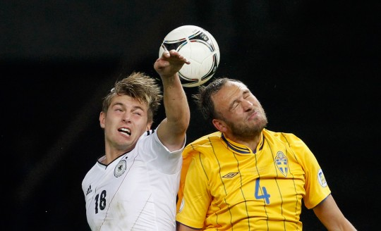 Toni Kroos gegen Andreas Granqvist Foto: Boris Streubel/Getty Images